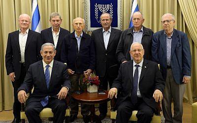Dans le rang du haut: Les anciens chefs du Mossad, avec de gauche à droite  Danny Yatom, Tamir Pardo, Zvi Zamir, Shabtai Shavit, Nahum Admoni et Efraim Halevy.  Rang du bas : Premier ministre Benjamin Netanyahu, à gauche, et le président  Reuven Rivlin accueillent une cérémonie d'allumage des bougies pour la fête juive de Hanoukka à la résidence présidentielle de Jérusalem, le 18 décembre 2014 (Crédit : Haim Zach / GPO)
