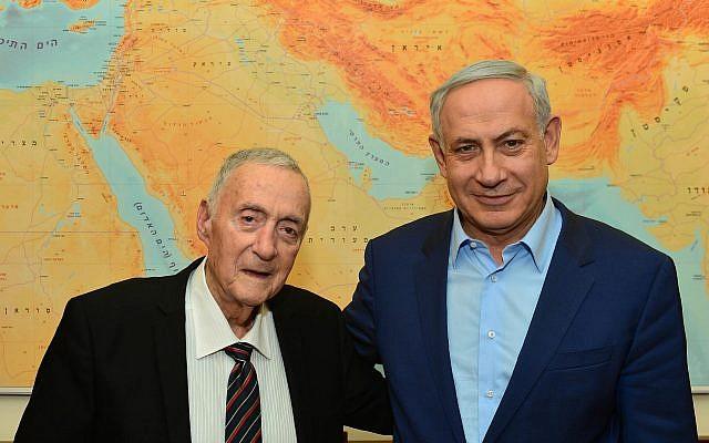 Le Premier ministre Benjamin Netanyahu ,  à droite, rencontre Uri Lubrani au bureau du Premier ministre de Jérusalem, le 29 novembre 2015 (Crédit : Kobi Gideon/GPO)