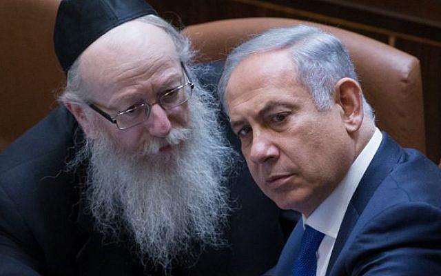 Le Premier ministre Benjamin Netanyahu, (à droite), s'entretient avec Yaakov Litzman, alors ministre de la Santé, du parti Yahadut HaTorah, (à gauche), à la Knesset le 28 mars 2016. (Yonatan Sindel/Flash90)