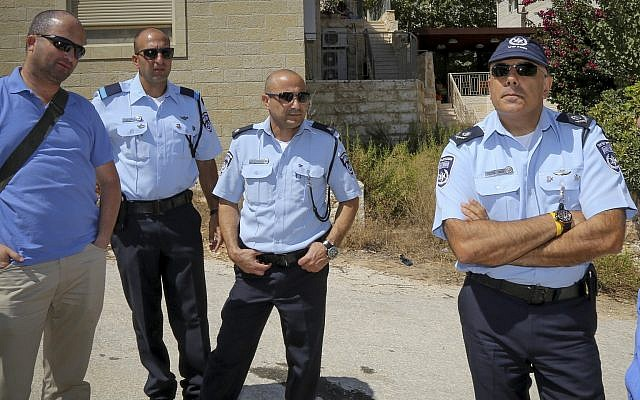 Moshe Barkat (D), commandant de la police israélienne dans le district de Judée et Samarie en visite à Efrat, le 18 septembre 2016 (Gershon Elinson/Flash90)