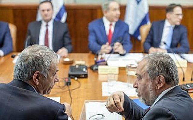 Le ministre des Finances Moshe Kahlon (à gauche) s'entretient avec le ministre de la Défense Avigdor Liberman (à droite) lors de la réunion hebdomadaire du cabinet à Jérusalem, le 20 novembre 2016. (Crédit : Emil Salman/Pool)