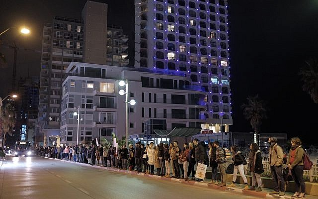 Des manifestants brandissent des pancartes appelant à la fin de la guerre en Syrie aux abords de l'ambassade russe de Tel Aviv, le 18 décembre 2016 (Crédit : Tomer Neuberg/Flash90)