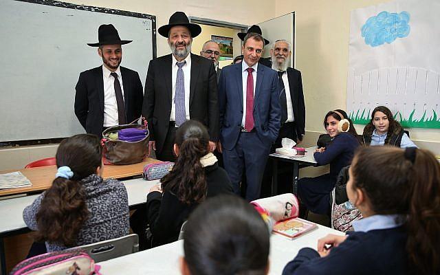Le maire de Tibériade, Yossi Ben-David (à droite, sans chapeau), avec le ministre de l'Intérieur Aryeh Deri (au centre), lors de la visite d'une école de Tibériade, dans le nord d'Israël, le 20 décembre 2016 (Yaacov Cohen / Flash90)