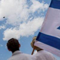 Les Israéliens observent une patrouille de l'armée de l'air en démonstration lors du 69e jour de l'Indépendance d'Israël à Jérusalem, le 2 mai 2017 (Yonatan Sindel / Flash90)
