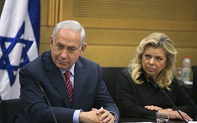 Le Premier ministre Benjamin Netanyahu (à gauche) et son épouse Sara Netanyahu à la Knesset à Jérusalem, le 28 juin 2017 (Crédit : Olivier Fitoussi / Pool)