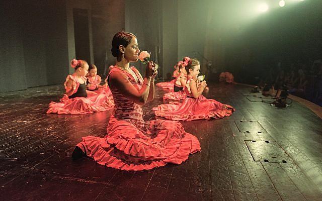 Illustration : des danseurs israéliens se produisent sur scène lors du spectacle de fin d'année de l'école Rythmo-Flamenco à Ramat HaSharon dans le centre d'Israël, le 1er juillet 2017 (Crédit : Yahav Gamliel / Flash90)