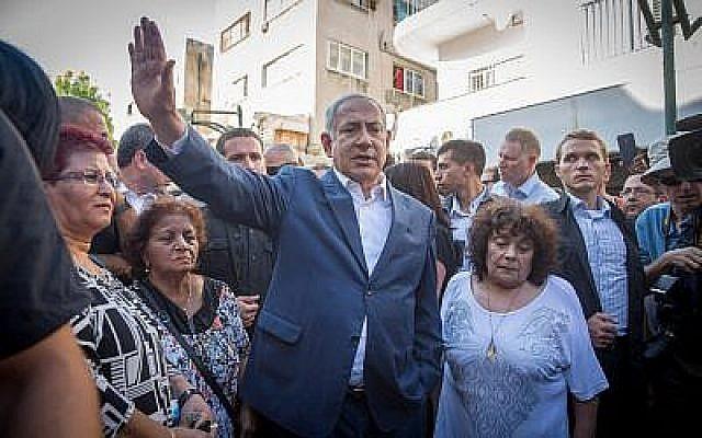 Le Premier ministre Benjamin Netanyahu rencontre des habitants du sud de Tel Aviv, lors d'une tournée dans le quartier le 31 août 2017. (Miriam Alster / Flash90)