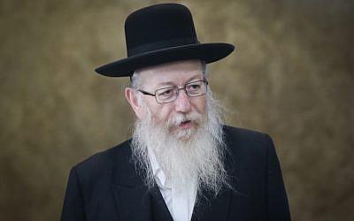 Le ministre de la Santé, Yaakov Litzman, arrive à la conférence gouvernementale hebdomadaire au bureau du Premier ministre à Jérusalem, le 15 octobre 2017. (Alex Kolomoisky/POOL)