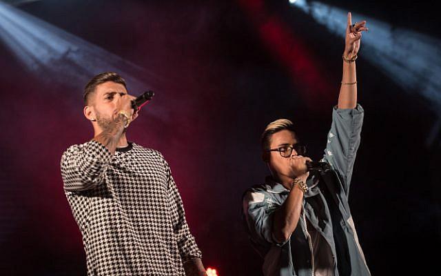 Le duo pop Static et Ben El se produisent à l'Université hébraïque de Jérusalem, le 25 octobre 2017 (Hadas Parush / Flash90)