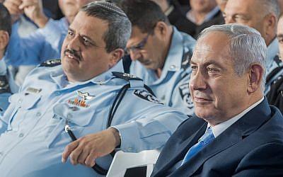 Le Premier ministre Benjamin Netanyahu, à droite, et le chef de la police Roni Alsheich lors d'une cérémonie d'inauguration marquant l'ouverture d'un nouveau poste de police dans la ville israélienne d'Israël Jisr az-Zarqa, 21 novembre 2017 (Crédit : Basel Awidat / Flash90)