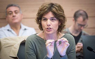 La députée du Meretz, Tamar Zandberg, assiste à une réunion de la Commission des affaires intérieures à la Knesset à Jérusalem, le 30 novembre 2017. (Miriam Alster/Flash90)