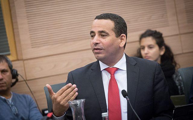 Le député Yoel Hasson (Union sioniste) assiste à une réunion du Comité des affaires intérieures de la Knesset le 30 novembre 2017. (Miriam Alster/Flash90)