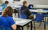 Photo illustrative de lycéens lors d'un examen, 22 janvier 2018. (Roy Alima / Flash90)