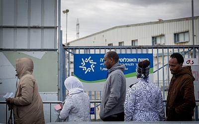Des demandeurs d'asile africains attendent pendant des heures à l'extérieur pour tenter de déposer leur demande d'asile au bureau de l'Autorité de l'immigration, de la population et des frontières à Bnei Brak, le 13 février 2018. (Miriam Alster/Flash90)