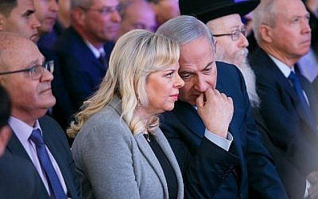 Le Premier ministre Benjamin Netanyahu et son épouse Sara assistent à la cérémonie d'ouverture de la nouvelle salle d'urgence de l'hôpital Barzilay, à Ashkelon, en Israël, le 20 février 2018. (Flash90)