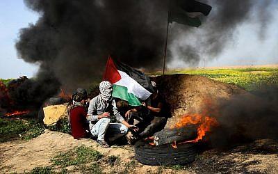 Des manifestants palestiniens durant des affrontement avec les soldats israéliens à proximité de la frontière entre Israël et Gaza, à l'est de Khan Younis, dans le sud de la bande, le 2 mars 2018 (Crédit :  Abed Rahim Khatib/Flash90)
