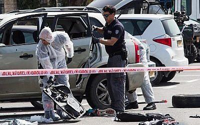 Les forces de sécurité israéliennes sur les lieux de l'attentat à la voiture piégée près de la gare dans la ville d'Akko, au nord du pays, le 4 mars 2018. (Meir Vaknin / Flash90)