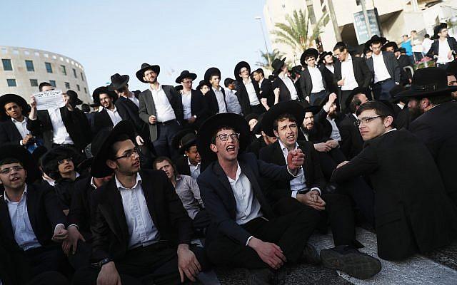 Des hommes juifs ultra-orthodoxes protestent contre le projet de loi sur le service militaire, à l'entrée de Jérusalem, le 8 mars 2018 (Yonatan Sindel / Flash90)