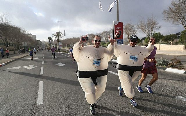 Des milliers de coureurs participent au marathon international de Jérusalem le 9 mars 2018 (Crédit : Yonatan Sindel/Flash90)