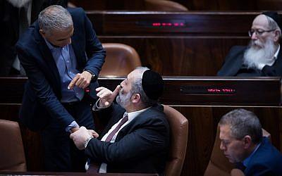 Le ministre des Finances Moshe Kahlon, à gauche, serre la main du ministre de l'Intérieur Aryeh Deri lors d'une séance plénière à la Knesset, le 13 mars 2018 (Crédit : Hadas Parush/Flash90)