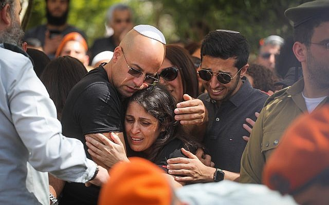 Des membres de la famille du Capitaine. Ziv Daos pleurent près de son cercueil lors de ses funérailles à Holon le 18 mars 2018. (Miriam Alster/Flash90)