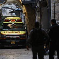 Les forces de sécurité sur les lieux de l'agression mortelle par un terroriste palestinien d'Adiel Kolman dans la Vieille Ville de Jérusalem, le 18 mars 2018. (Yonatan Sindel/FLASH90)