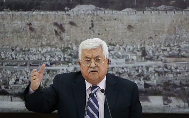 Le président de l'Autorité palestinienne Mahmoud Abbas est assis devant une photo du dôme du Rocher dans la Vieille Ville de Jérusalem lors d'une réunion des dirigeants palestiniens à Ramallah, en Cisjordanie, le 19 mars 2018. (FLASH90)