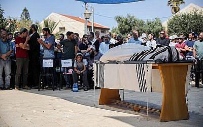 Des personnes en deuil assistent aux funérailles d'Adiel Kolman dans l'implantation de Kochav HaShahar, en Cisjordanie, le 19 mars 2018. (Hadas Parush/Flash90)