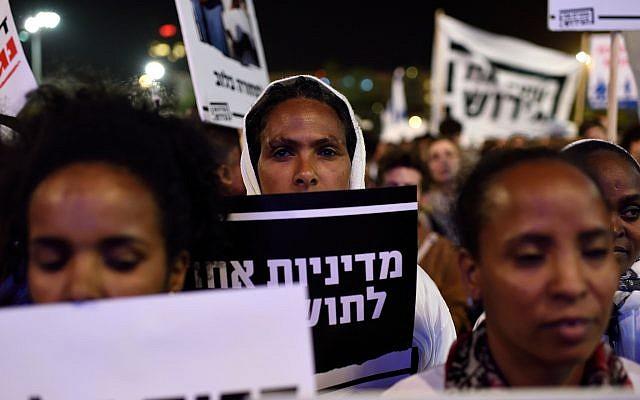 Les demandeurs d'asile africains manifestent contre les expulsions au cours d'une manifestation place Rabin à Tel Aviv, le 24 mars 2018 (Crédit :  Gili Yaari/Flash90)