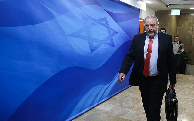 Le ministre de la Défense Avigdor Liberman arrive pour la réunion hebdomadaire du cabinet au cabinet du Premier ministre à Jérusalem, le 25 mars 2018. (Marc Israel Sellem)