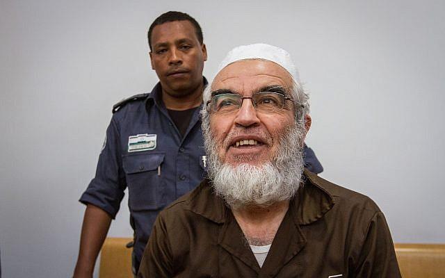 Le chef de la Branche du nord du mouvement islamique en Israël, Sheikh Raed Salah, arrive pour une audience à la cour des magistrats de Haïfa, le 29 mars 2018 (Crédit :  Flash90)