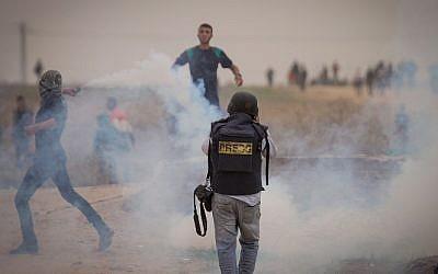 Des jeunes Palestiniens affrontent des soldats israéliens près de la frontière de Gaza (Wafa)