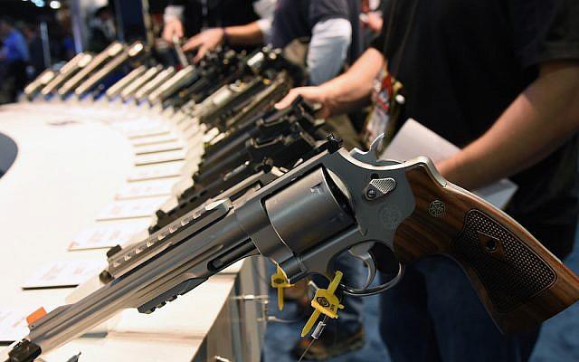 Armes de poing exposées au stand Smith Wesson à la National Shooting Sports Foundation's Shooting, Hunting, Outdoor Trade Show à Las Vegas, Nevada. The SHOT Show, 19 janvier 2016. (Photo par Ethan Miller/Getty Images)