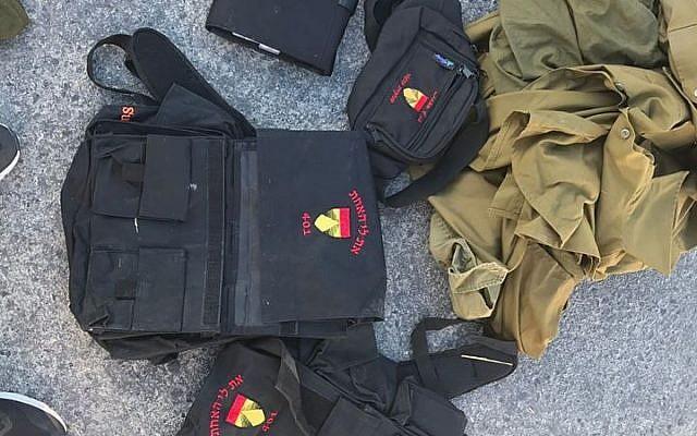 Des uniformes de l'armée israélienne interceptés au passage frontalier de Kerem Shalom alors qu'ils étaient introduits clandestinement dans la bande de Gaza. (Ministère de la Défense)