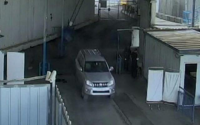 Un véhicule qui semble être conduit par un employé du consulat français à Jérusalem, Romain Frank, au poste frontière d'Erez entre Israël et la bande de Gaza. (Shin Bet)