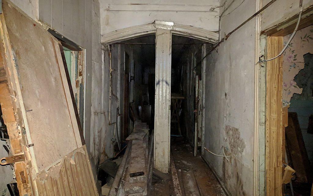 Entrée intérieure de la synagogue cantoniste de Tomsk, Sibérie. (Yaakov Schwartz/Times of Israel)