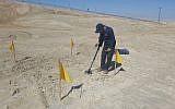 Un sapeur travaillant pour déminer les environs du site du Baptême de Qasr al-Yahud sur le Jourdain, mars 2018. (Ministère de la Défense)