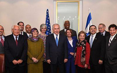 Le Premier ministre Benjamin Netanyahu (au centre) pose avec une délégation du Congrès dirigée par la leader démocrate de la Chambre des représentants Nancy Pelosi, le 26 mars 2018 (Crédit : Kobi Gideon / GPO)