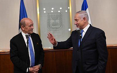 Le Premier ministre Benjamin Netanyahu (à droite) rencontre le ministre français des Affaires étrangères Jean-Yves Le Drian le 26 mars 2018. (Crédit : Kobi Gideon/GPO)