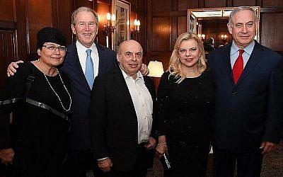 De gauche à droite : Avital Sharansky, le président George W. Bush, Natan Sharanky, Sara et Benjamin Netanyahu, à New York, le 7 mars 2018 (GPO/Haim Zach)