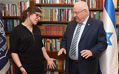 L'actrice Mayim Bialik rencontre le président Reuven Rivlin à sa résidence à Jérusalem le 18 mars 2018 (Crédit : Mark Neiman / GPO)