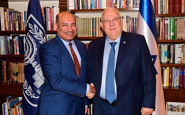 Le président Reuven Rivlin, à gauche, et le chef de la BERD,  Sir Suma Chakrabarti, à la résidence du Premier ministre, le 12 mars 2018 (Crédit : Amos Ben Gershom/GPO)