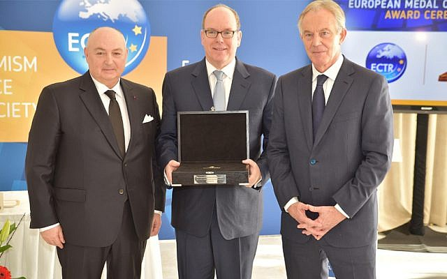 Le Prince Albert II de Monaco, au centre, a reçu une médaille du président de l'ECTR  Moshe Kantor, à gauche, et de Tony Blair, le 6 mars 2018 (Autorisation : ECTR)