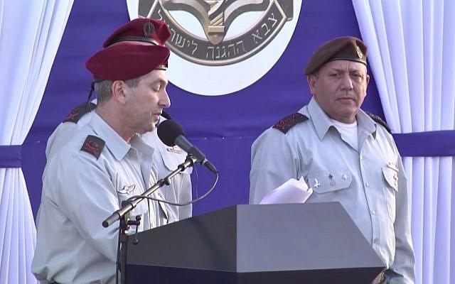 Le chef sortant du Commandement central Roni Numa (G) prend la parole lors de sa cérémonie d'échange de commandement à Jérusalem-Est le 7 mars 2018 en présence de Gadi Eizenkot, chef d'état-major de Tsahal. (Capture d'écran/Ynet)