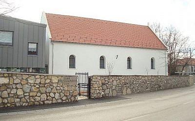 Un ancien bâtiment de synagogue récemment rénové et un centre d'exposition virtuelle moderne a ouvert au public dans la ville de Balatonfüred, dans l'ouest de la Hongrie, le 20 mars 2018. (Agnes Bohm via JTA)