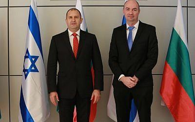 Le président de la Bulgarie, Rumen Radev (à gauche) et Igal Unna, chef de la Direction nationale de la cyber-israélienne, lors d'une visite au CERT national israélien le mercredi 21 mars 2018 (Crédit : Avi Dor)
