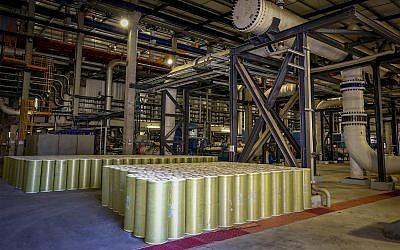L'usine de dessalement de SorekA, située à environ 15 kilomètres au sud de Tel Aviv. L'usine est devenue opérationnelle en octobre 2013 avec une capacité de traitement d'eau de mer de 624000 m³/jour, ce qui en fait la plus grande usine de dessalement du monde. Le 1er novembre 2015. (Yossi Zamir/FLASH90)