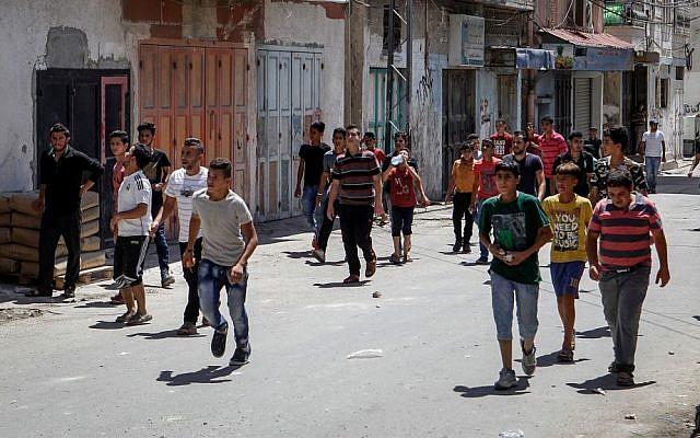 Les Palestiniens s'affrontent avec les soldats israéliens dans le camp de réfugiés d'Al-Fawwar, au sud d'Hébron, le 16 août 2016. (Wisam Hashlamoun/Flash90)