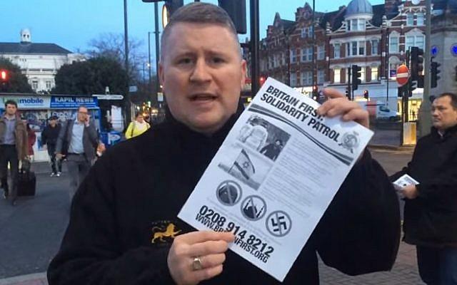 Le leader de Britain First, Paul Golding, distribuant des tracts sur une « patrouille de solidarité » dans un quartier juif de Londres, en janvier 2015 (Crédit : Capture d'écran YouTube)