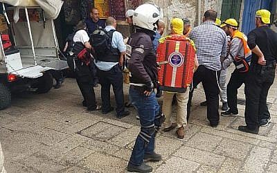 Les médecins s'occupent d'une victime israélienne d'une attaque à l'arme blanche dans la vieille ville de Jérusalem le 18 mars 2018. (Ir Amim)